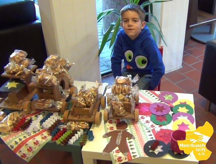 Moritz mit seinen selbstgebackenen Keksen